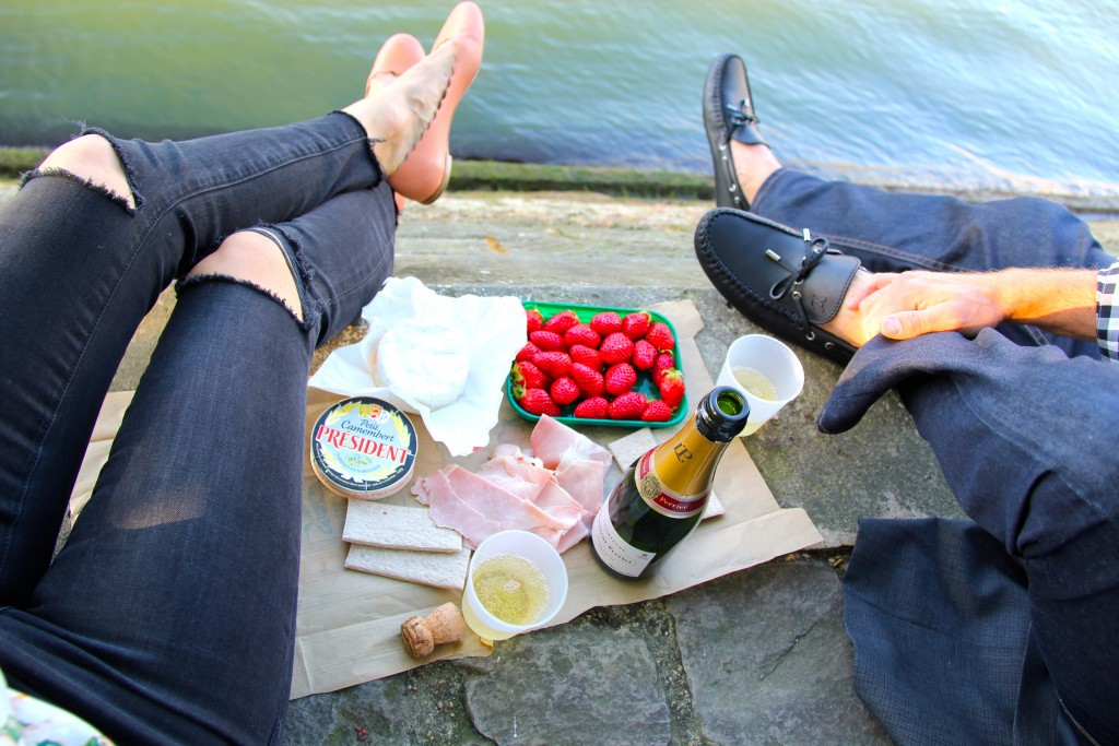 Picnic on Pont Neuf Paris // itsy bitsy indulgences